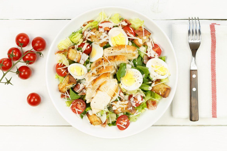 Top Caesarsalade met kip en croutons - Salade recept | SmaakMenutie @UP21