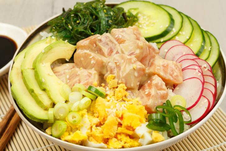Poké bowl met gemarineerde zalm