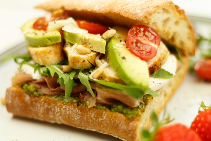Panini kip, avocado en mozzarella