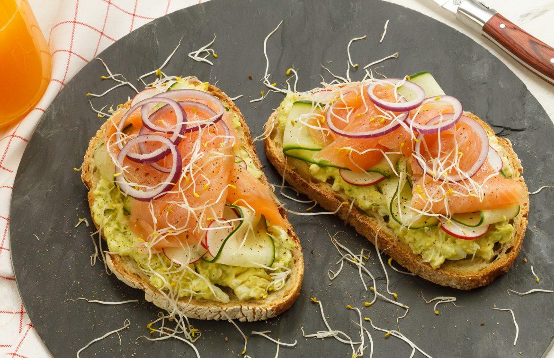 Recept toast met zalm en avocado-ei spread