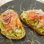 Recept toast met zalm en avocado-ei spread