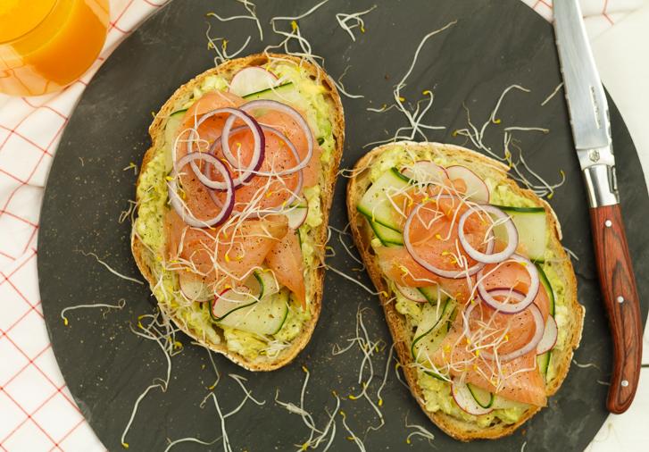 Toast met zalm en avocado-ei spread
