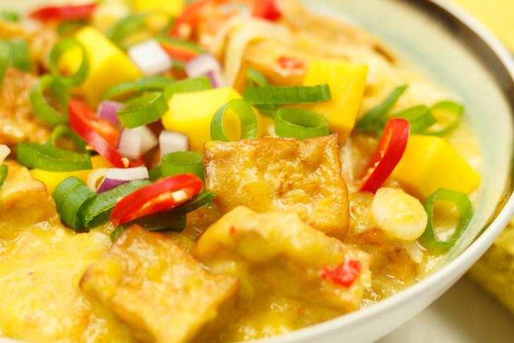Noedels met tofu in mangosaus maken