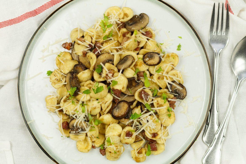 pasta met witte saus en spekjes