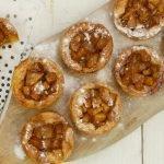 Perentaartjes met karamel en zeezout