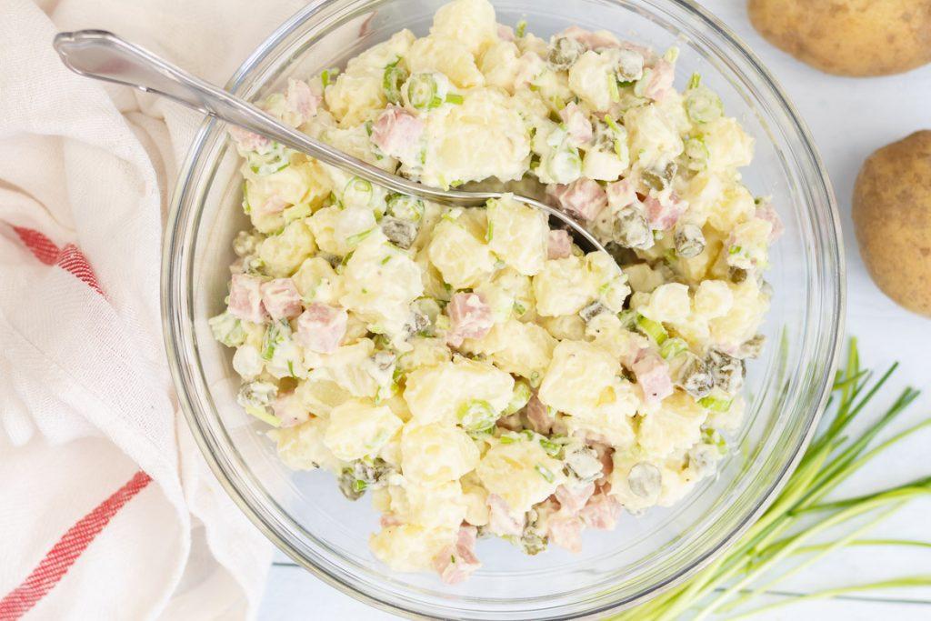 Aardappelsalade met hamblokjes