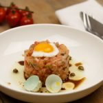 Vegetarische steak tartare van tomaat