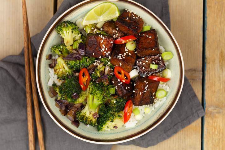 Tofu in ketjapsaus met broccoli en rijst
