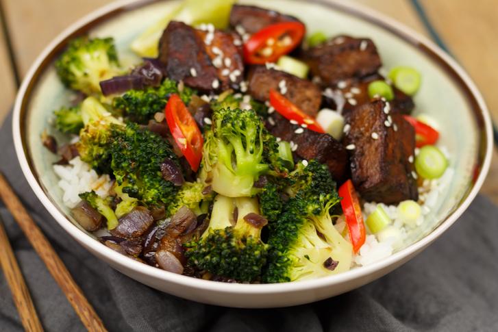 Tofu in lichtpittige ketjapsaus met broccoli en rijst