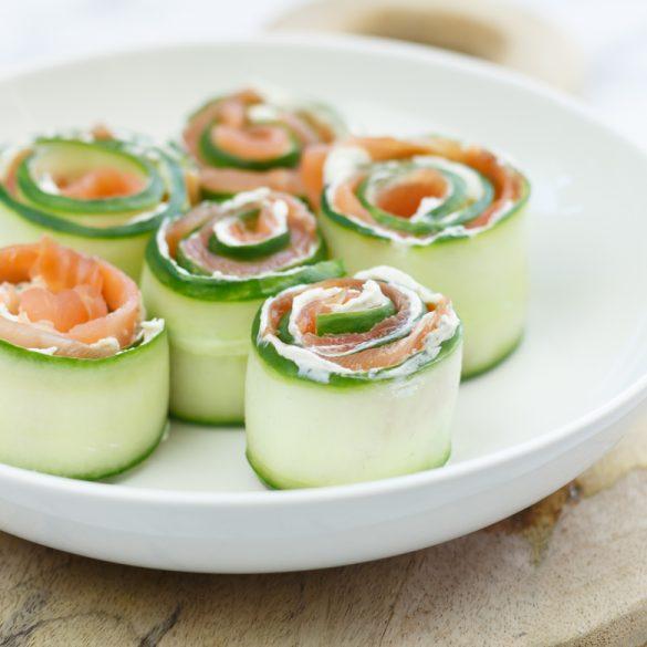 Zalmrolletjes met komkommer en roomkaas