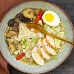 Aziatische noedelsoep met kip en shiitake