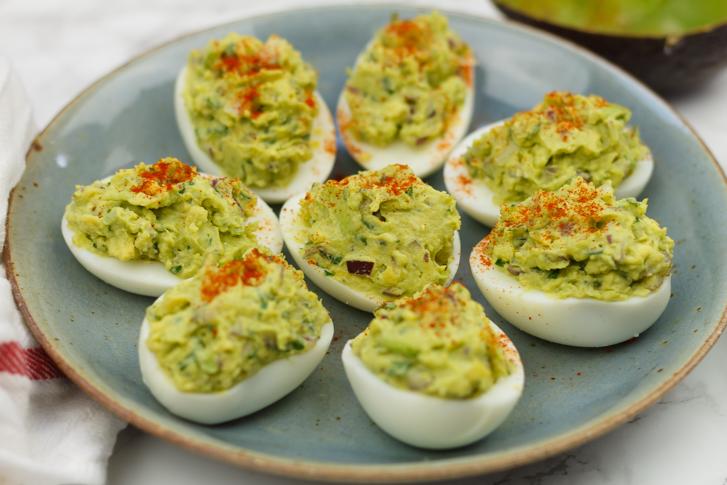 Gezonde gevulde eieren met avocado