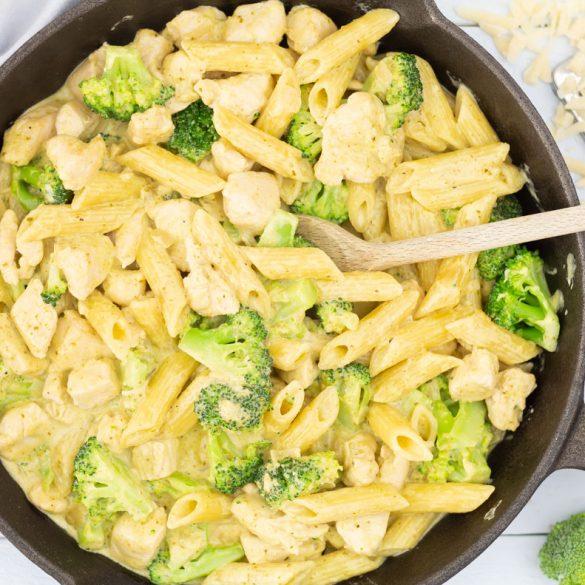 Pasta met kip en broccoli in pesto-roomsaus