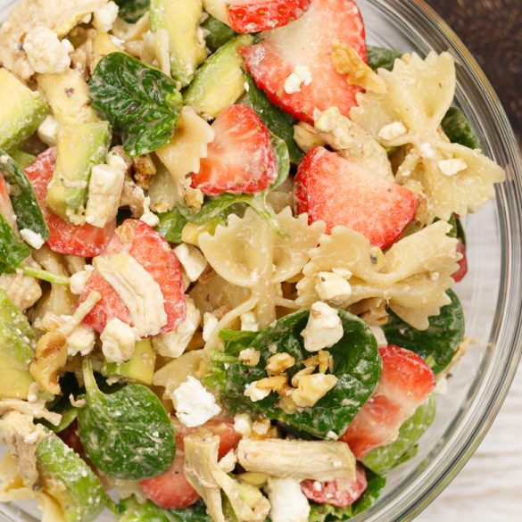 Pulled chicken pastasalade met avocado en aardbeien