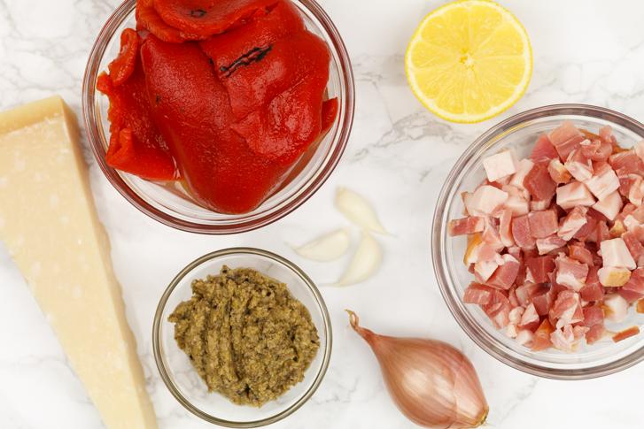Ingrediënten spaghetti met olijventapenade en gegrilde paprika