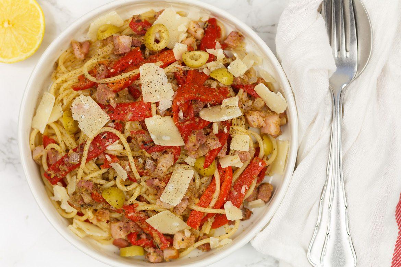 Spaghetti met olijventapenade en gegrilde paprika