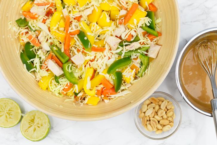 Groenten en pindadressing Thaise saladev