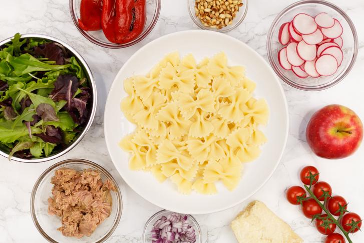 Ingrediënten pastasalade met tonijn en gegrilde paprika