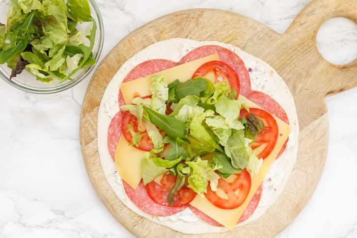 Salami, kaas, tomaten en sla op wrap