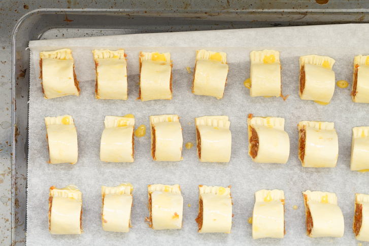 Spaanse mini worstenbroodjes op bakplaat