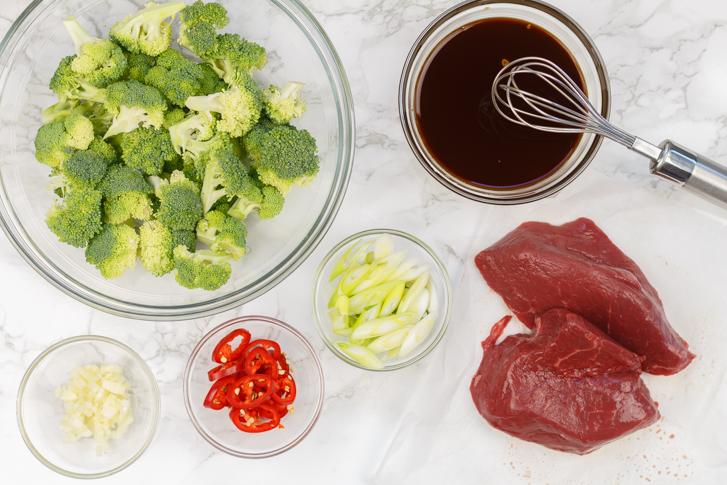 Ingrediënten roergebakken broccoli met biefstukpuntjes