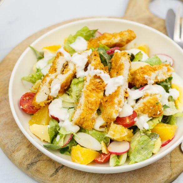 Salade met krokante kip en yoghurtdressing