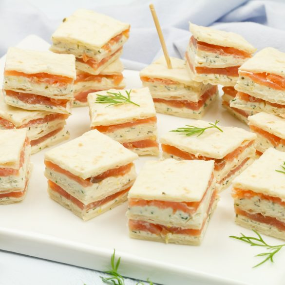 Mini sandwiches met gerookte zalm en kruidenkaas