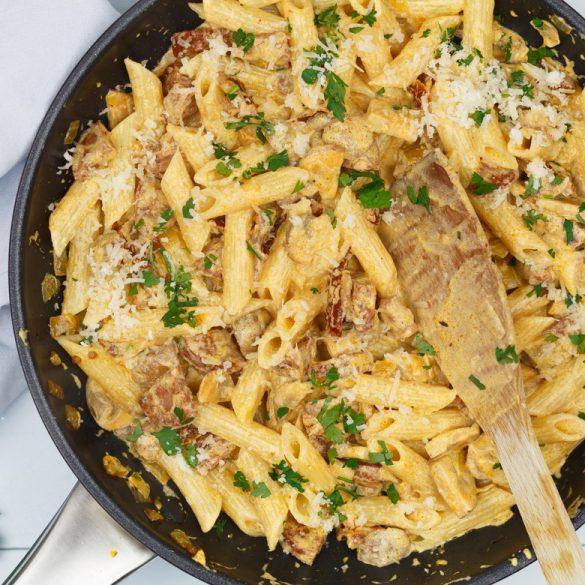 Pasta met chorizo, zongedroogde tomaatjes en champignons
