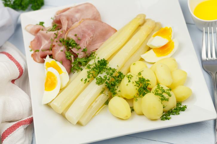 Witte asperges met ham krieltjes en botersaus