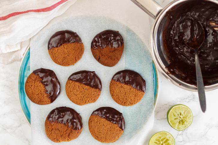 Koekjes chocolade dippen