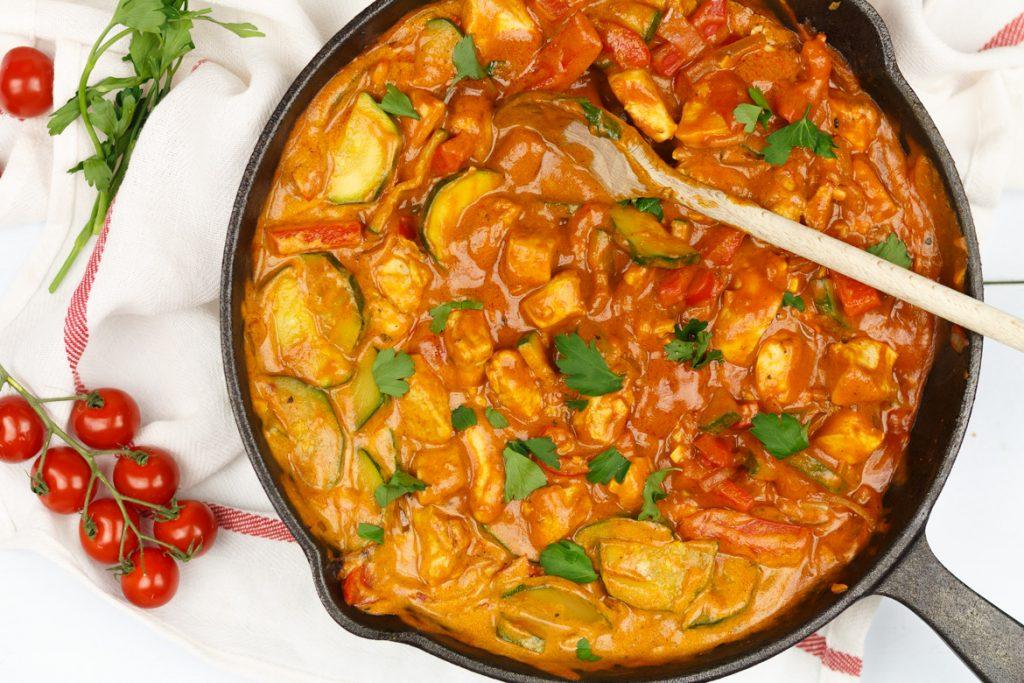 Kip in romige tomatensaus met rijst en groenten