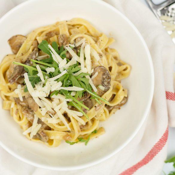 Pasta met truffelroomsaus en champignons